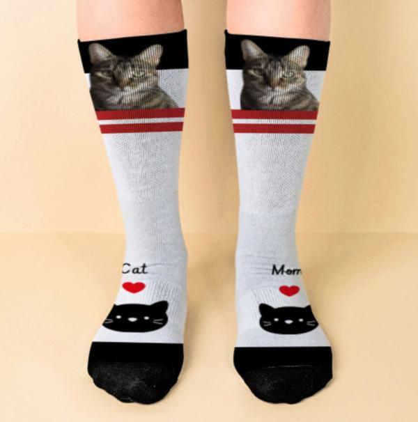 Calcetines blancos con franja roja que puedes personalizar