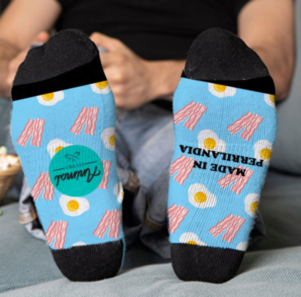 Parte inferior de los calcetines de color azul claro con huevos y bacon personalizados