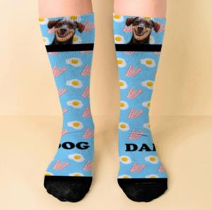 Calcetines de color azul claro con huevos y bacon personalizados